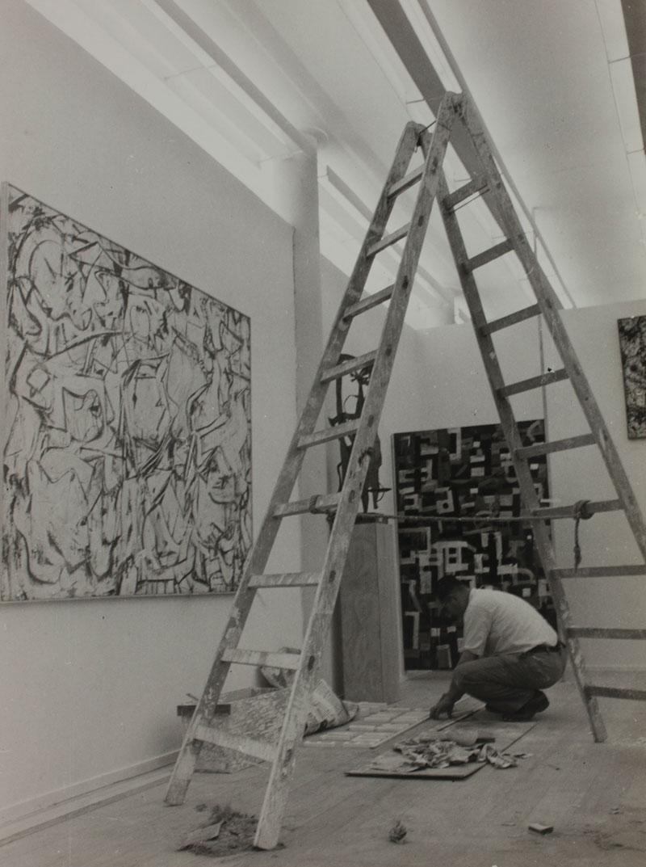 Montagem da 1ª Bienal com vista para obra Attic [Ático] de Willem de Kooning