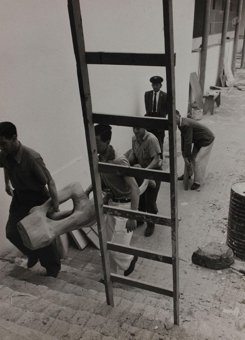 Montagem da Sala Especial: Bruno Giorgi. Transporte da obra Figura