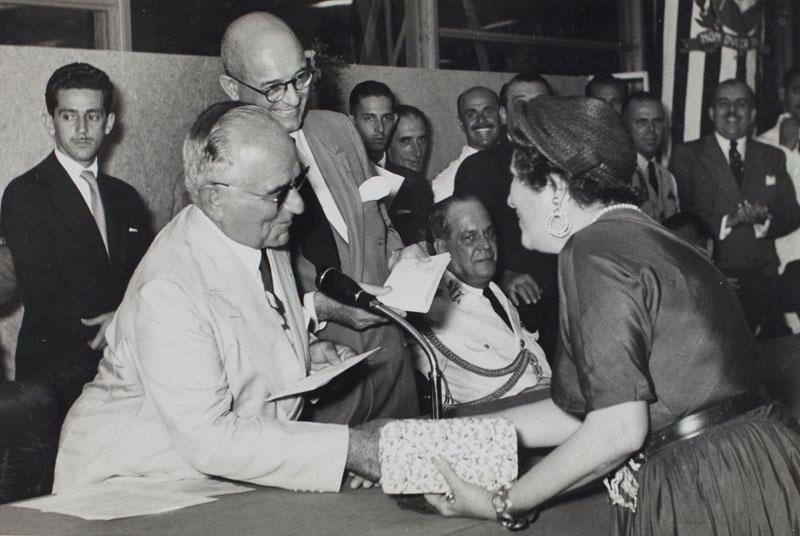 Premiação da artista Maria Martins, com Getúlio Vargas e Francisco Matarazzo Sobrinho