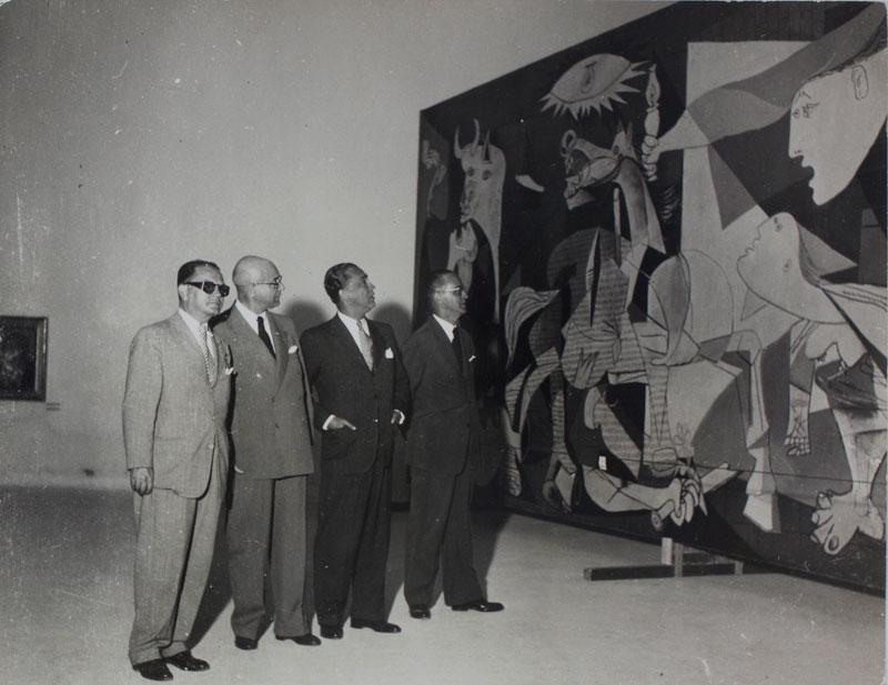 Francisco Matarazzo Sobrinho e Juscelino Kubitschek visitam a obra de Pablo Picasso, Guernica