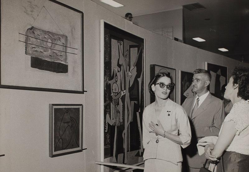 Lucas Nogueira Garcez, governador de São Paulo e Carmelita Leme Garcez na Sala Especial: Picasso na 2ª Bienal. Obras de Pablo Picasso, A Dança, Violão e Cabeça de Mulher