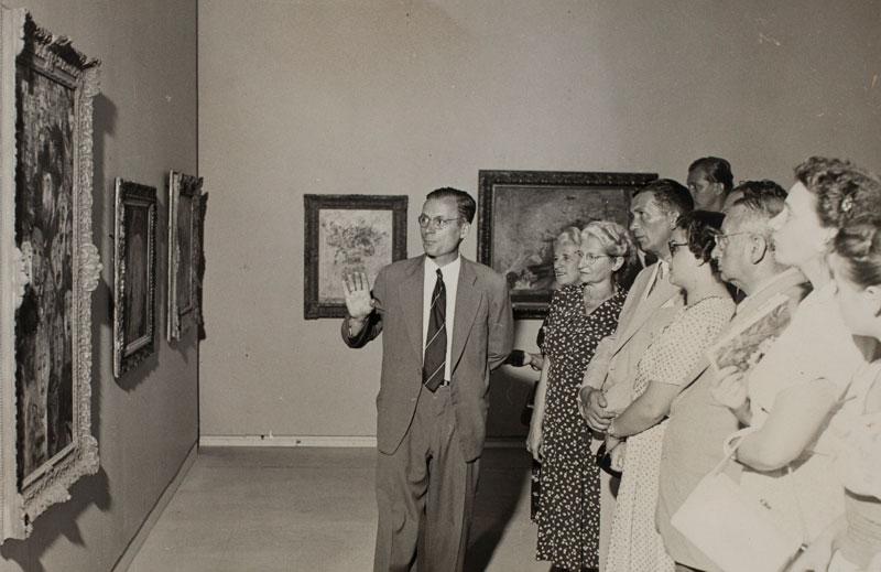 O professor Wolfgang Pfeiffer em aula na Sala Especial dedicada ao artista belga James Ensor