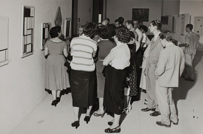 Público visita a Sala Especial dedicada ao artista holandês Piet Mondrian