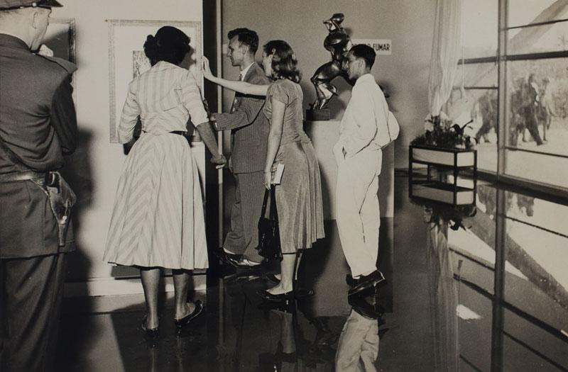 Público visita a 2ª Bienal. À direita, escultura de Umberto Boccioni, Forme uniche nella continuità dello spazio [Formas Únicas da Continuidade no Espaço]