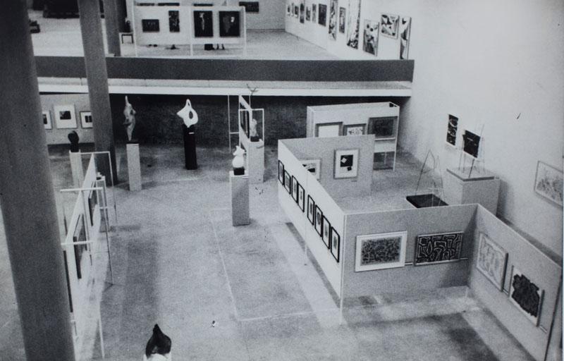 Sala geral do Brasil na 3ª Bienal, com obras de Arnaldo Pedroso DHorta. Reprodução produzida para a Sala Especial Documentação: As Bienais dos Anos 50, na 20ª Bienal, 1989