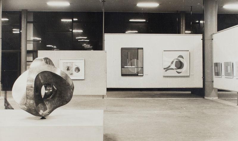 Sala Alemanha com escultura de Max Bill, Construção. Ao fundo, obras de Moholy Nagy e Josef Albers