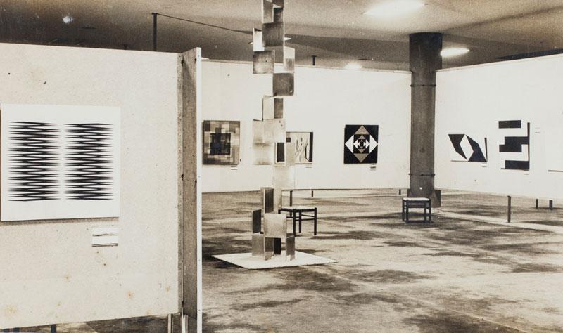 Vista parcial da Sala Brasil. À esquerda, obra de Hermelindo Fiaminghi, Alternado 1. Ao fundo, obras de Franz Weissmann e Lygia Clark