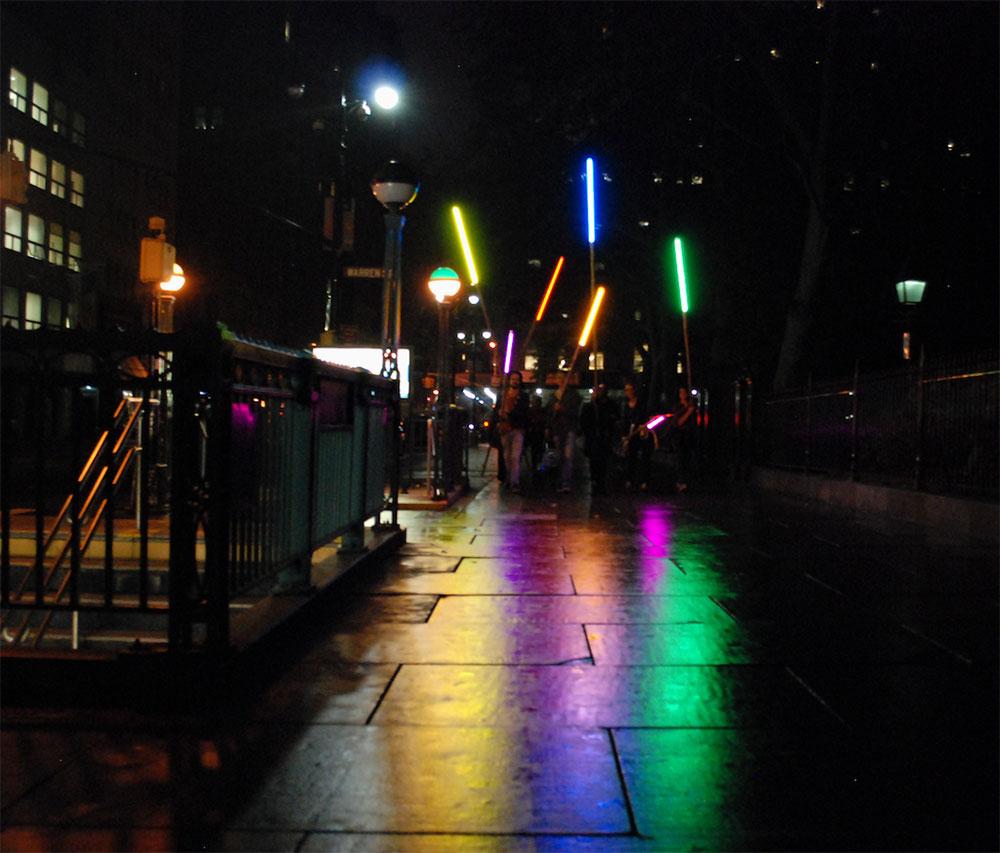 Eleonora Fabião, <i>Ação Wall Street #5: no meio da noite tinha um arco-íris, no meio do arco-íris tem uma noite</i>, Performa Biennial, Nova York, 2015. Foto: Felipe Ribeiro. Cortesia da artista