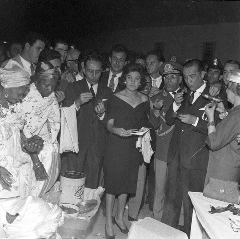 Abertura da 5ª Bienal com roda de acarajé. No centro, o governador Carvalho Pinto, Juscelino Kubitschek e Yolanda Penteado