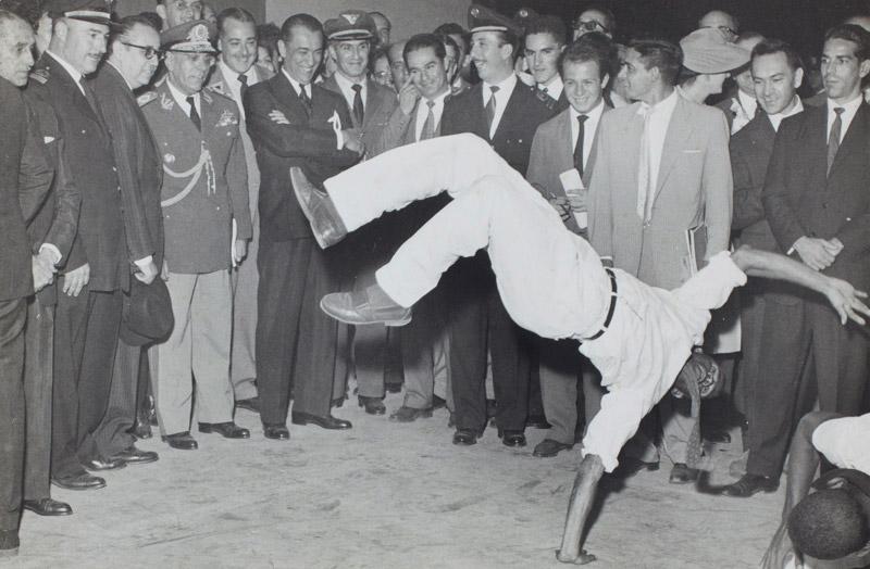 Abertura da 5ª Bienal com roda de capoeira. Com o presidente Juscelino Kubitschek e o governador Carvalho Pinto