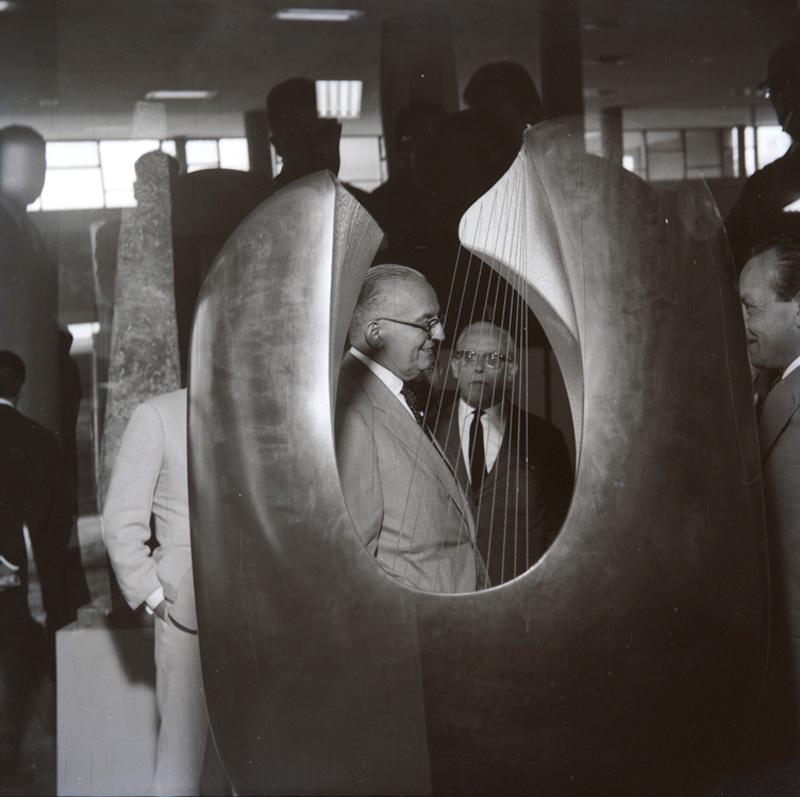 O político Juracy Magalhães e o diretor do MAM-SP Paulo Mendes de Almeida visitam Sala Especial dedicada à escultora britânica Barbara Hepworth