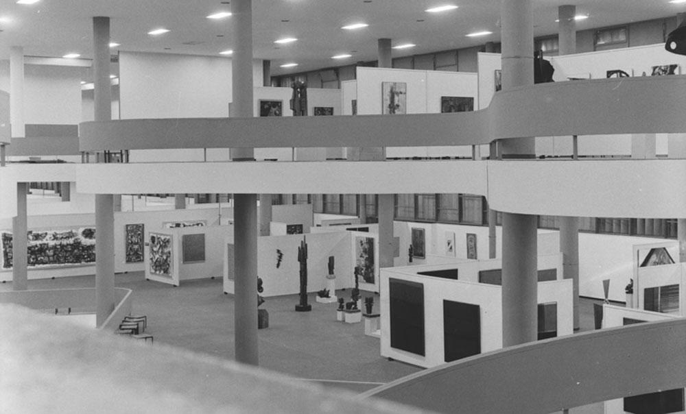 Vista parcial da 6ª Bienal com obras das artistas argentinas Alicia Penalba, Raquel Forner e Sala Geral do Chile