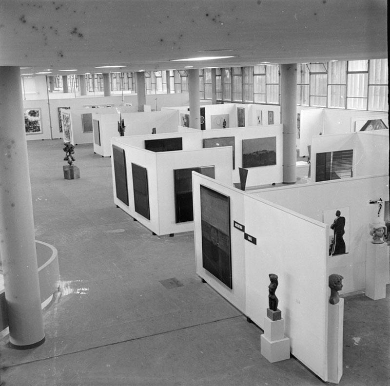 Vista parcial da 6ª Bienal com obras das artistas argentinas Alicia Penalba e Raquel Forner