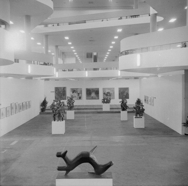 Vista geral da 7ª Bienal. À frente, escultura de Liuba Wolf, Dragão. Ao fundo, esculturas de Felicia Leirner e pinturas de Yolanda Mohalyi