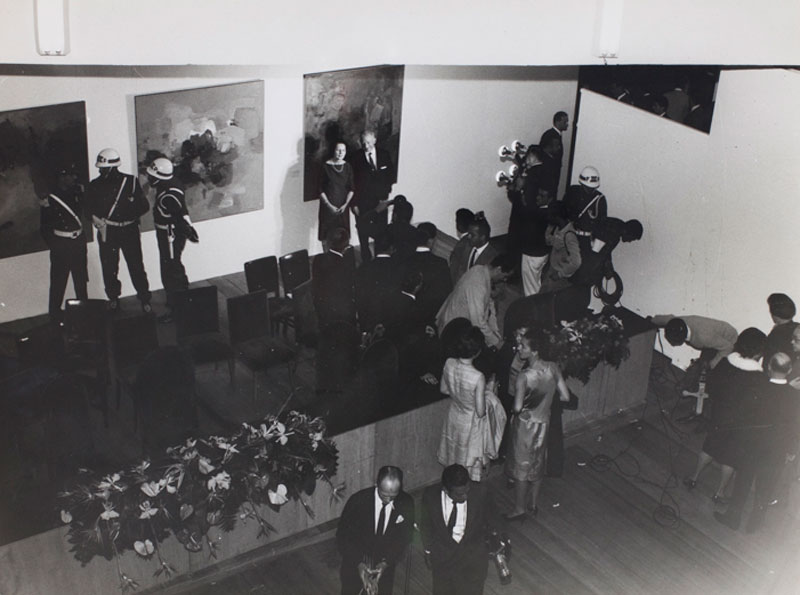 Premiações do artista estadunidense Adolph Gottlieb e da pintora brasileira Yolanda Mohalyi durante a 7ª Bienal