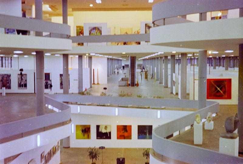 Vão central da 8ª Bienal com vista para pinturas de Danilo di Prete. À direita, Rogelio Polesello, Caleidoscopio [Caleidoscópio]