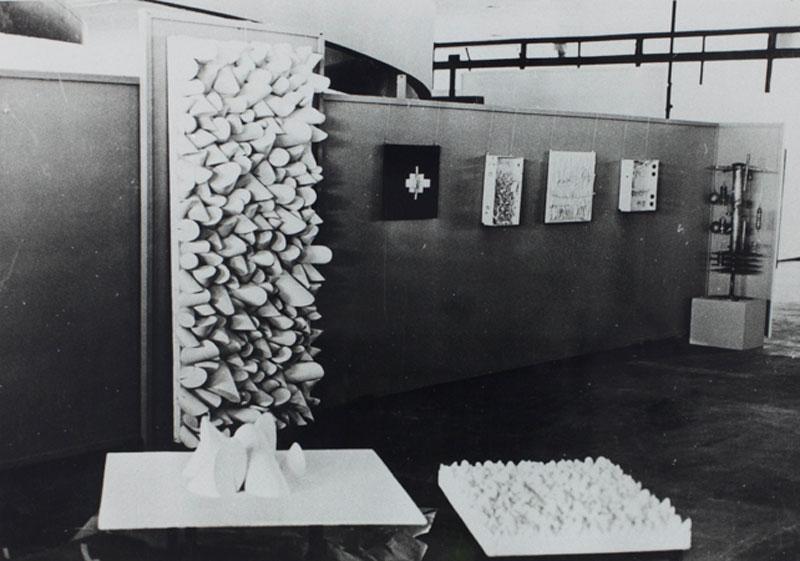 Vista da Sala Brasil com esculturas de Sérgio Camargo