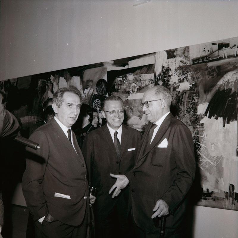 Abertura da 9ª Bienal. Francisco Matarazzo Sobrinho e Mario Pedrosa em frente à obra de Robert Rauschenberg na Sala Especial: Ambiente U.S.A - 1957/67