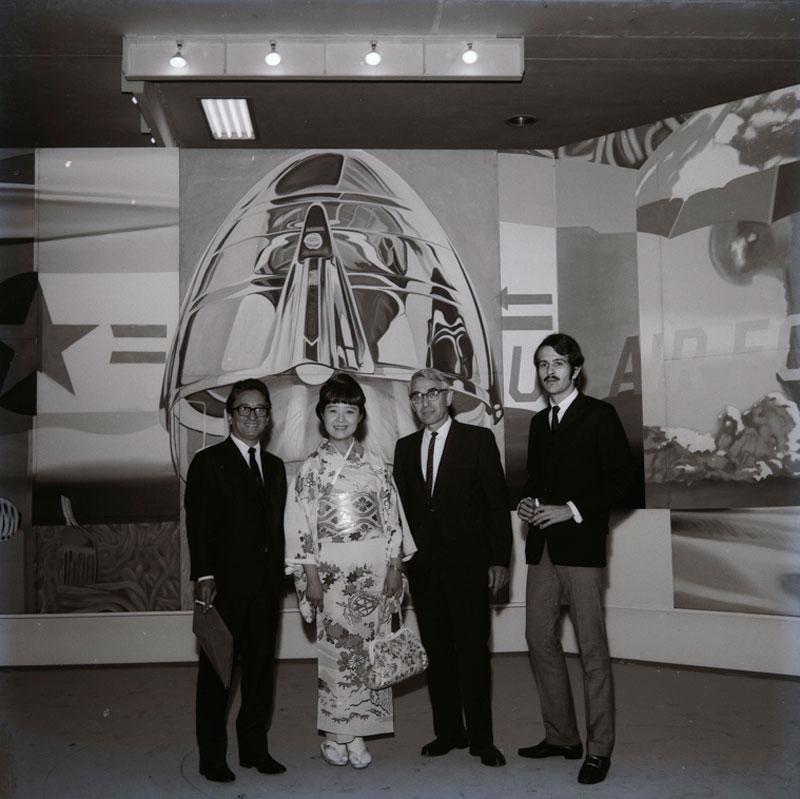 Visitantes em frente ao painel de James Rosenquist, F-111, na Sala Especial: Ambiente U.S.A - 1957/67