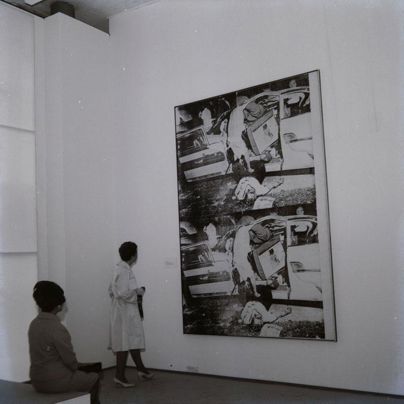 Visitantes observam a obra de Andy Warhol, Saturday Disaster [Desastre de Sábado], na Sala Especial: Ambiente U.S.A - 1957/67