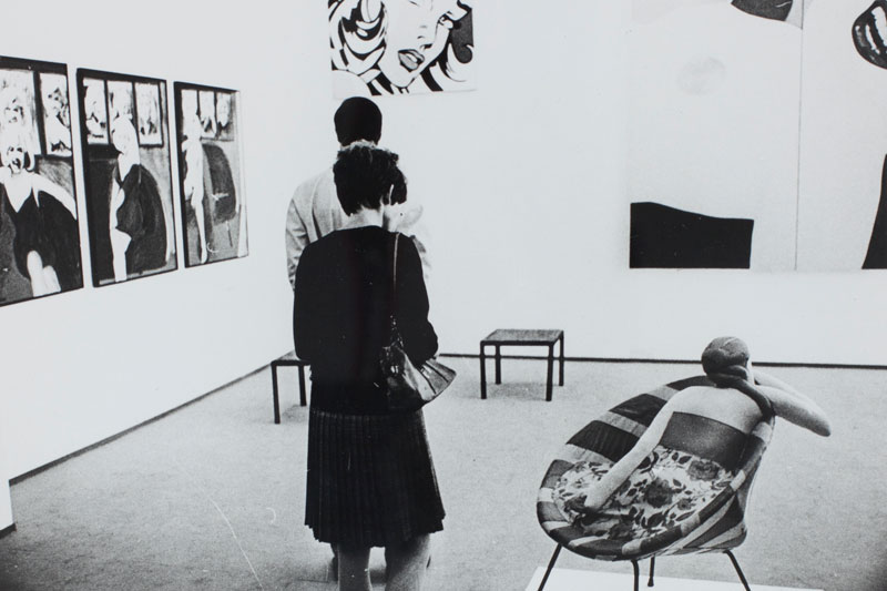 Visitantes na Sala Especial: Ambiente U.S.A - 1957/67. Obras de James Gill, Marilyn; Roy Lichtenstein, Untitled [Sem Título]; e Tom Wesselman, Great American Nude #53 [Grande Nu Americano n° 53]
