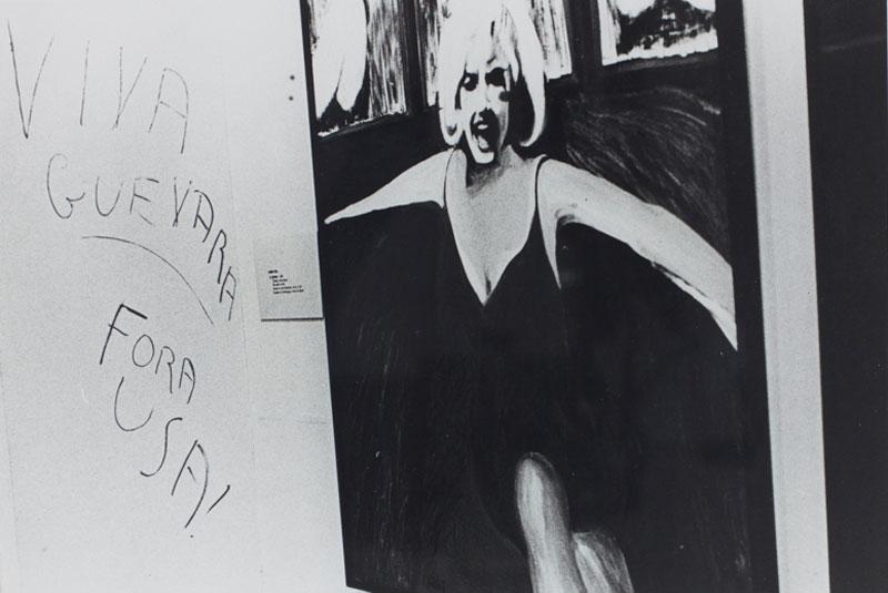 Sala Especial: Ambiente U.S.A - 1957/67, com a obra de James Gill, Marilyn. À esquerda, intervenção do público frente ao contexto político da época