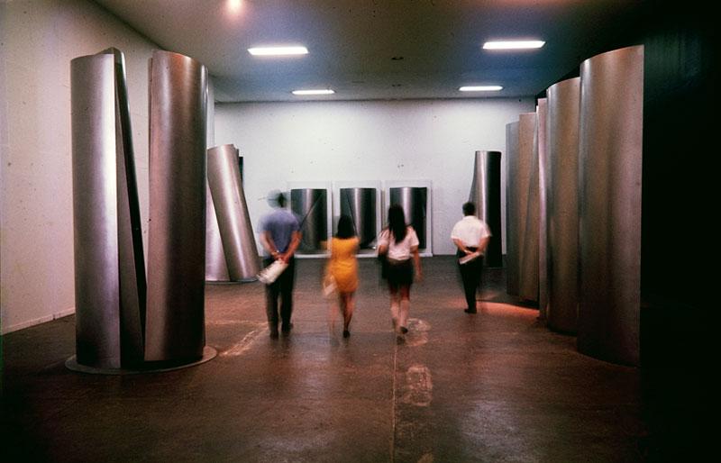 Visitantes entre as esculturas do artista alemão Eric Hauser