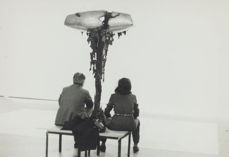 Visitantes observam escultura de Hermann Guggiari, Ara-Rupi-Â, Momento 3, na Sala Paraguai