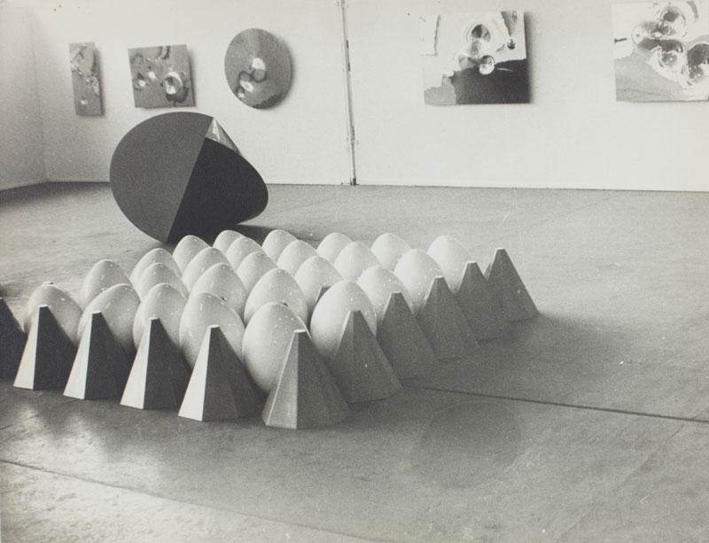 Vista da Sala Geral da Suiça. À frente, escultura de Herbert Distel, Tapete de Ovos