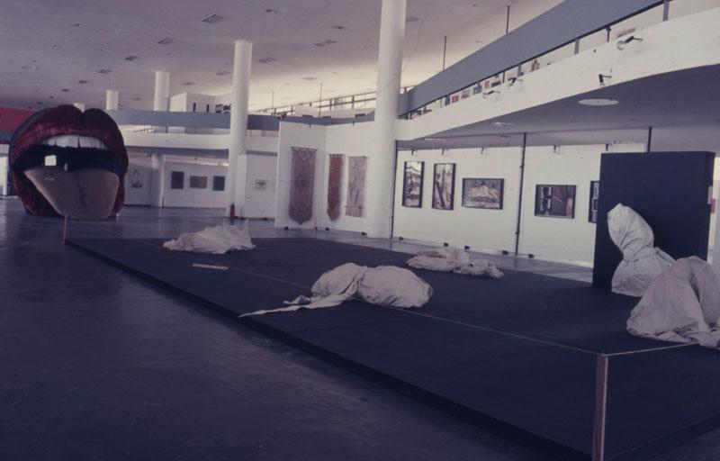 Vista geral da 12ª Bienal com a instalação de Vera de Figueiredo, Visite o Inferno (E Encontre com Você) e os objetos de Ivens Machado da série Camisa de Força