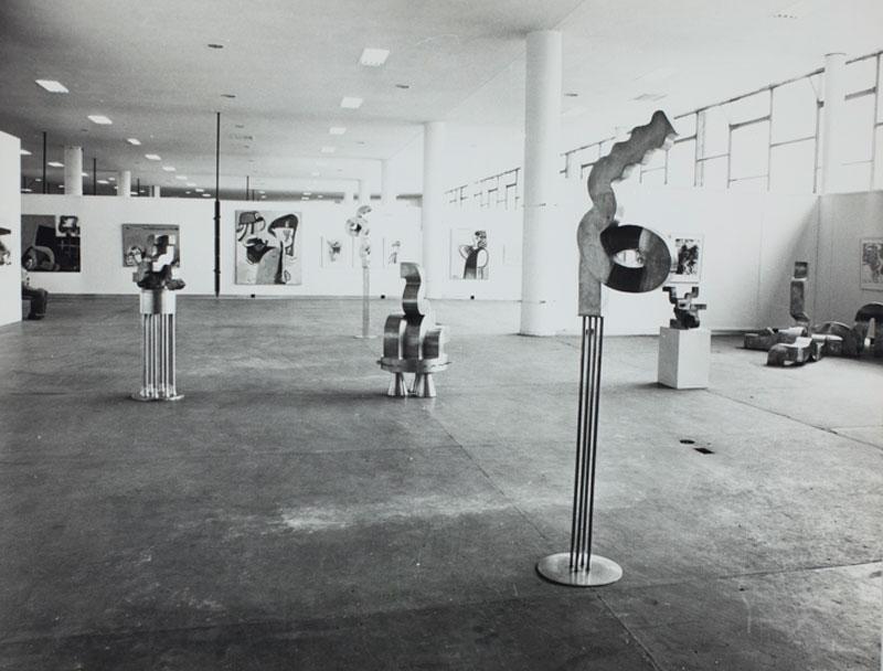 Vista da 12ª Bienal com esculturas do artista austríaco Erwin Reiter
