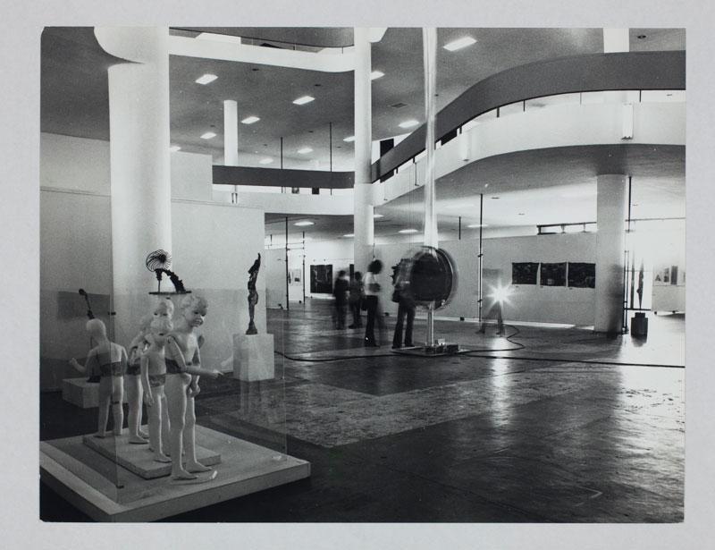 Vão central da 12ª Bienal com vista para obra de Sergius Ederlyi, Figura-Música-Arte Cinética