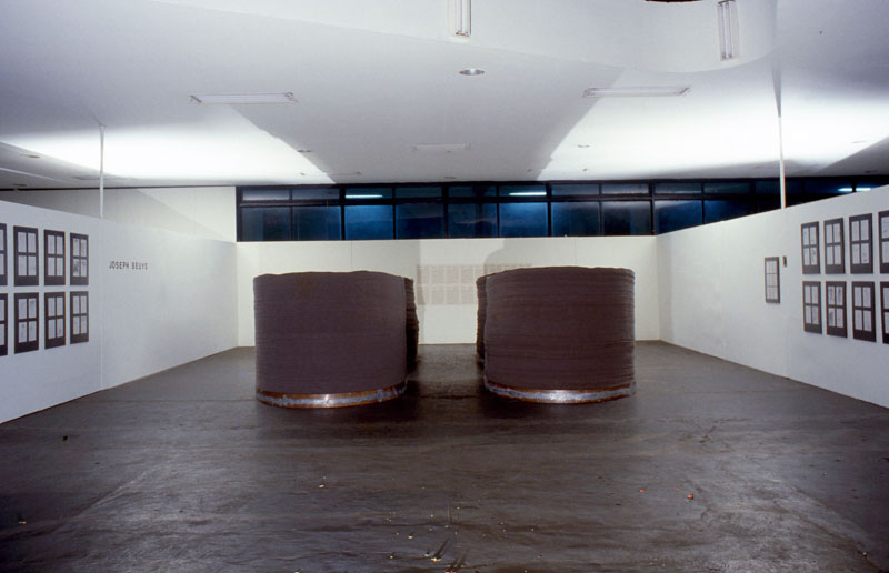 Vista da 15ª Bienal com obras do artista alemão Joseph Beuys