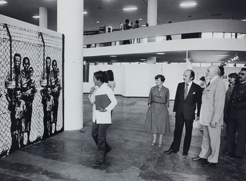 O presidente da Bienal Luiz Fernando Rodrigues Alves observando a obra de Ernest Pignon-Ernest, Intervention de Grenoble [Intervenção de Grenobla]