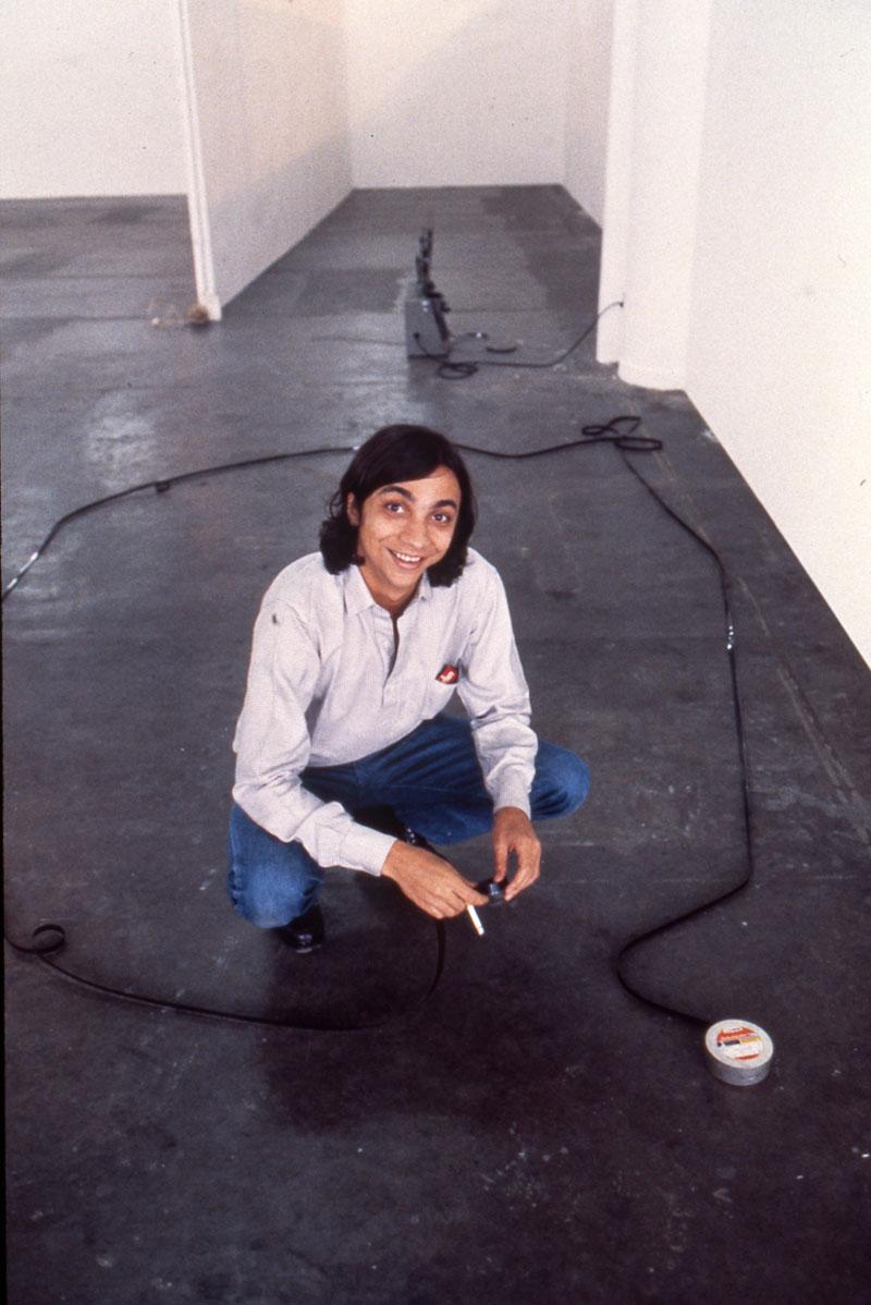 O artista Tunga durante a montagem da obra Ão na 16ª Bienal