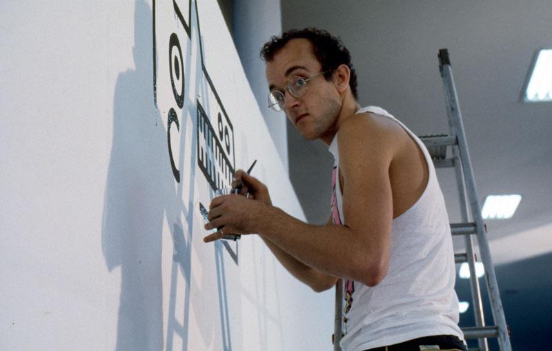 O artista estadunidense Keith Haring na montagem de sua obra na 17ª Bienal