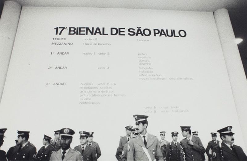 Painel de entrada da 17ª Bienal