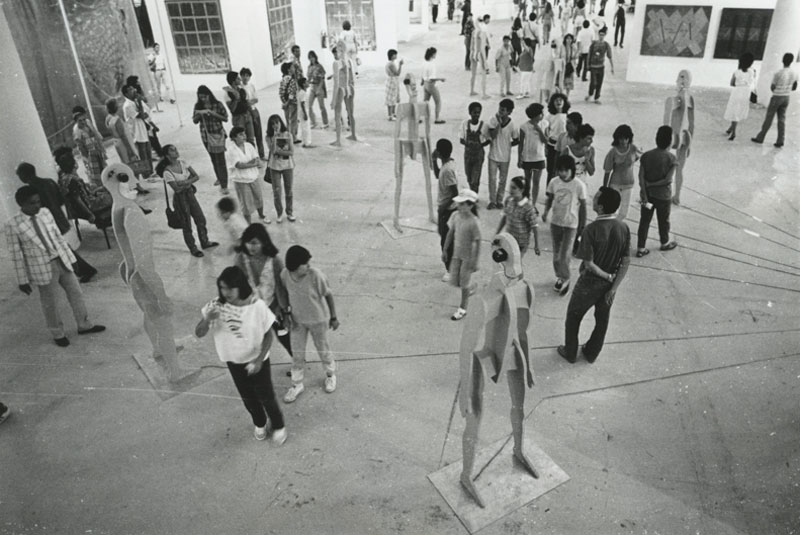 Público visita a obra de Jonathan Borofsky, Seven Chattering Men [Sete homens conversando]