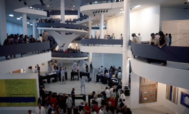 Abertura da 18ª Bienal com vista para as obras de Jonathan Borofsky, Seven Chattering Men [Sete homens conversando] e Flying Figure [Figura voadora] no vão central do Pavilhão