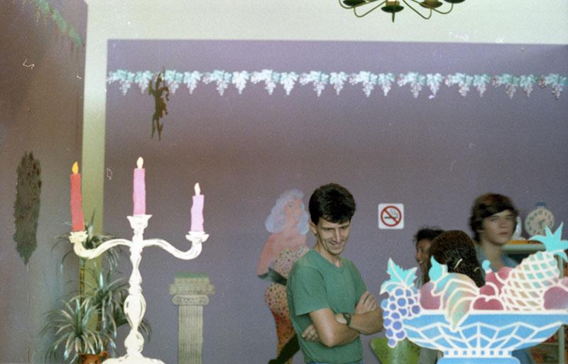 Visitantes na obra de Alex Vallauri, Festa na Casa da Rainha do Frango Assado