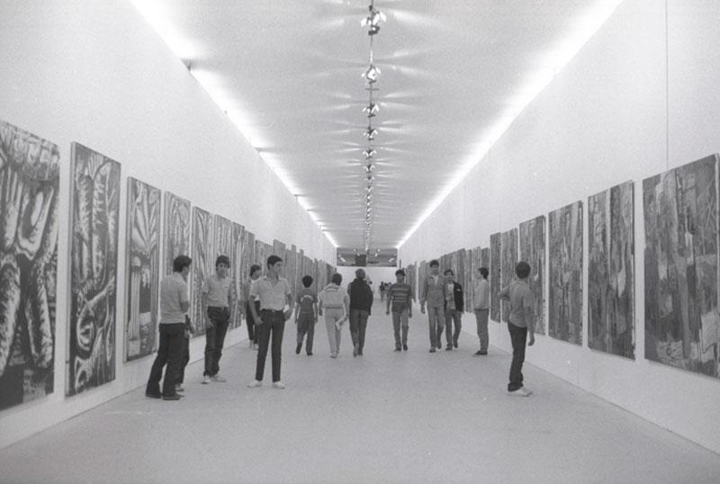 Visitantes percorrem o corredor da Grande Tela durante a 18ª Bienal, Exposição Especial Expressionismo no Brasil - Heranças e Afinidades