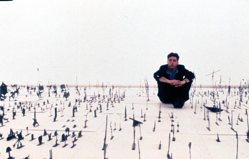George Lappas em frente à sua instalação Esculturas, representante da Grécia na exposição geral