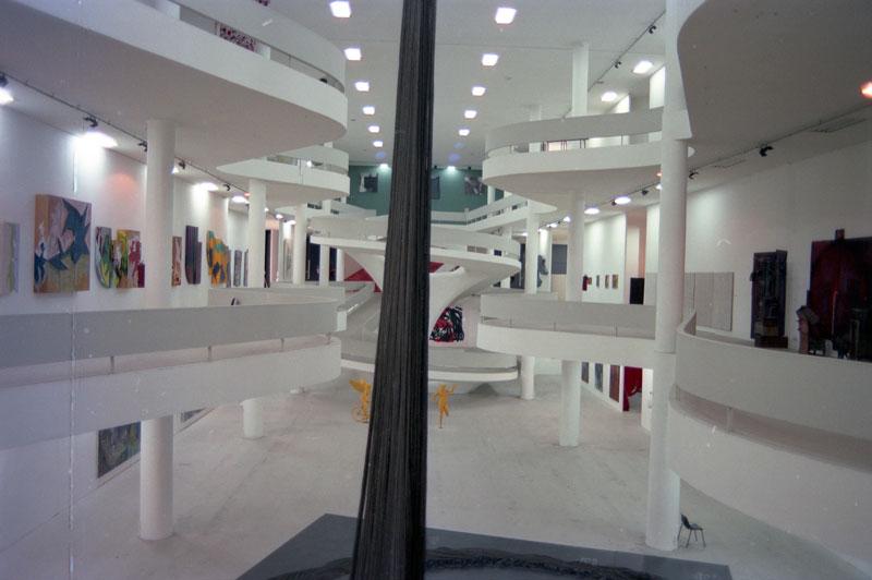 Vão central da 19ª Bienal com vista para a obra de Tunga, Enquanto Flora a Borda..., artista convidado para a Exposição Especial: Imaginários Singulares