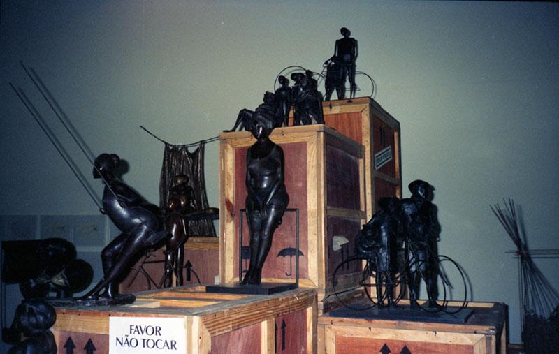 Montagem da 19ª Bienal com obras do escultor venezuelano Cornelis Zitman, representante da Venezuela na exposição geral.