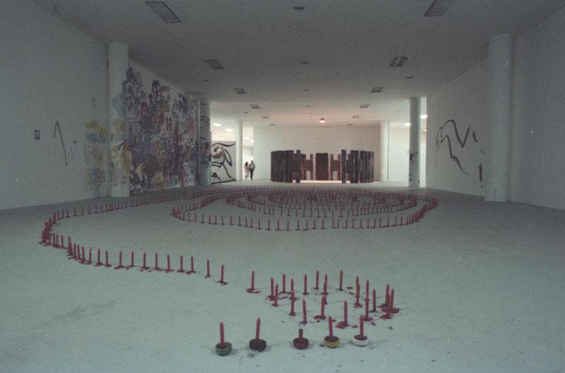 Vista parcial da 19ª Bienal. À frente, obra de Geo Ripley, Utopia-Símbolo, Realidade-Símbolo. Ao fundo, Marta Palau, Instalação