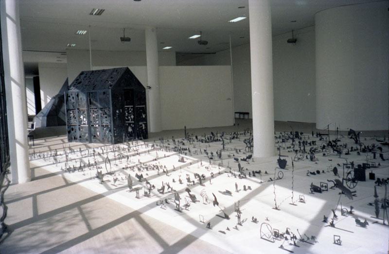 Vista parcial da 19ª Bienal com instalação de George Lappas, Esculturas, representante da Grécia na exposição geral