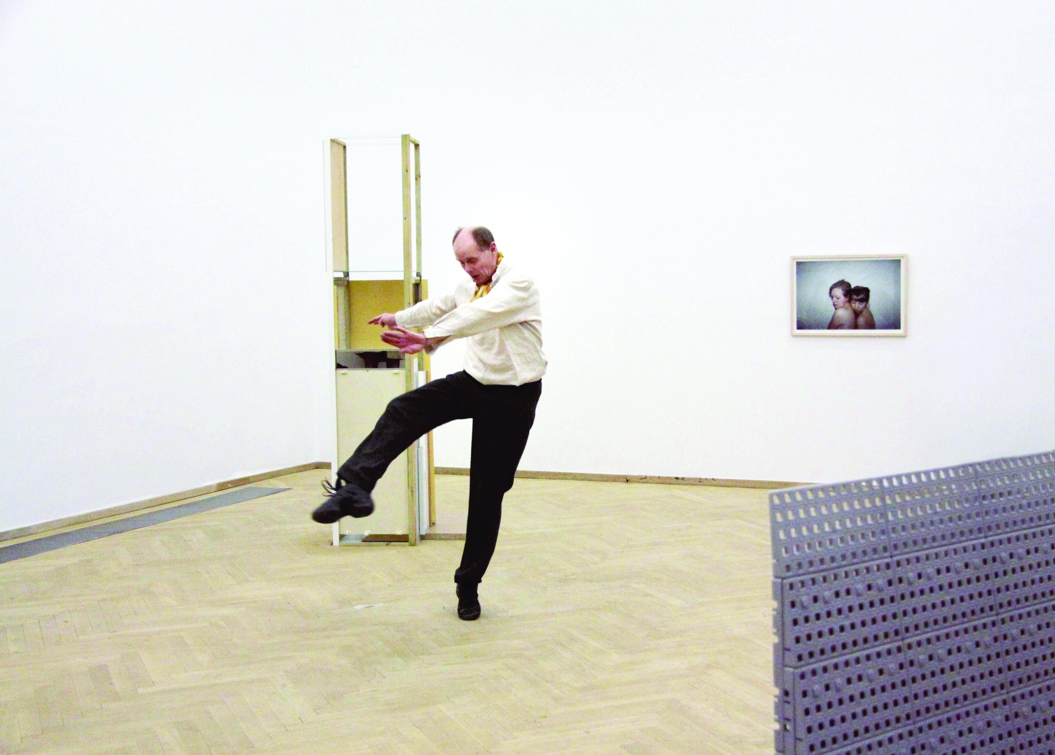 Nina Beier, performance <i>The Complete Works  [A obra completa]</i>, 2011. Cortesia da artista
