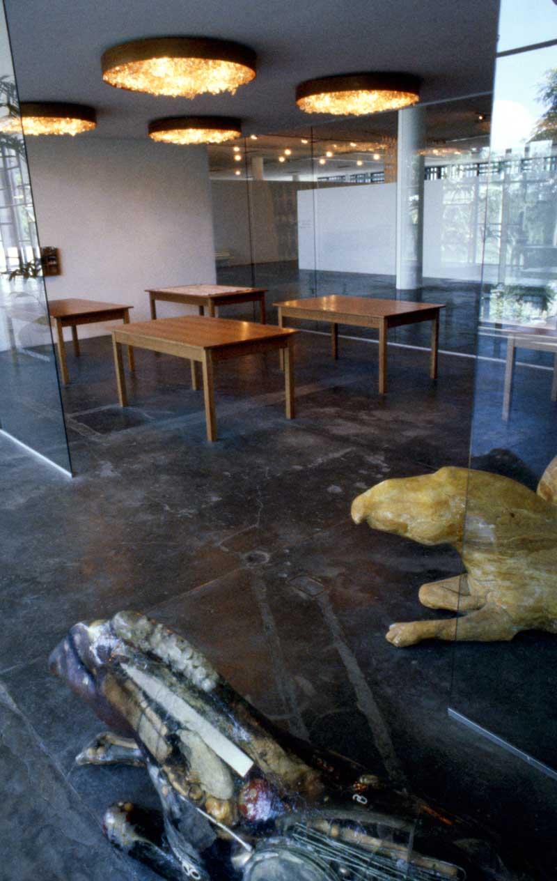 Vista parcial da 23ª Bienal. À frente, obra de Carl Emanuel Wolff, Tapir und Regal mit Gläsern [Tapir e prateleira com copos], representante da Alemanha na exposição geral