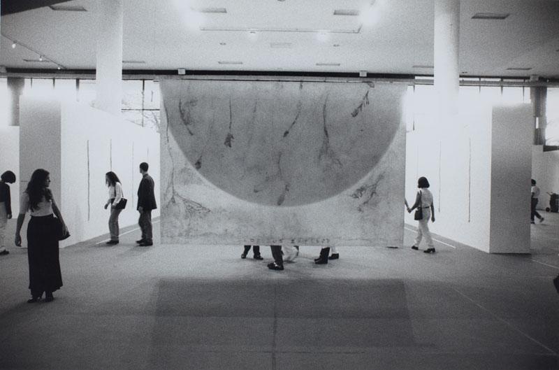Público visita a seção Universalis da 23ª Bienal, com vista para obra de Flávia Ribeiro, série Floribus Explere