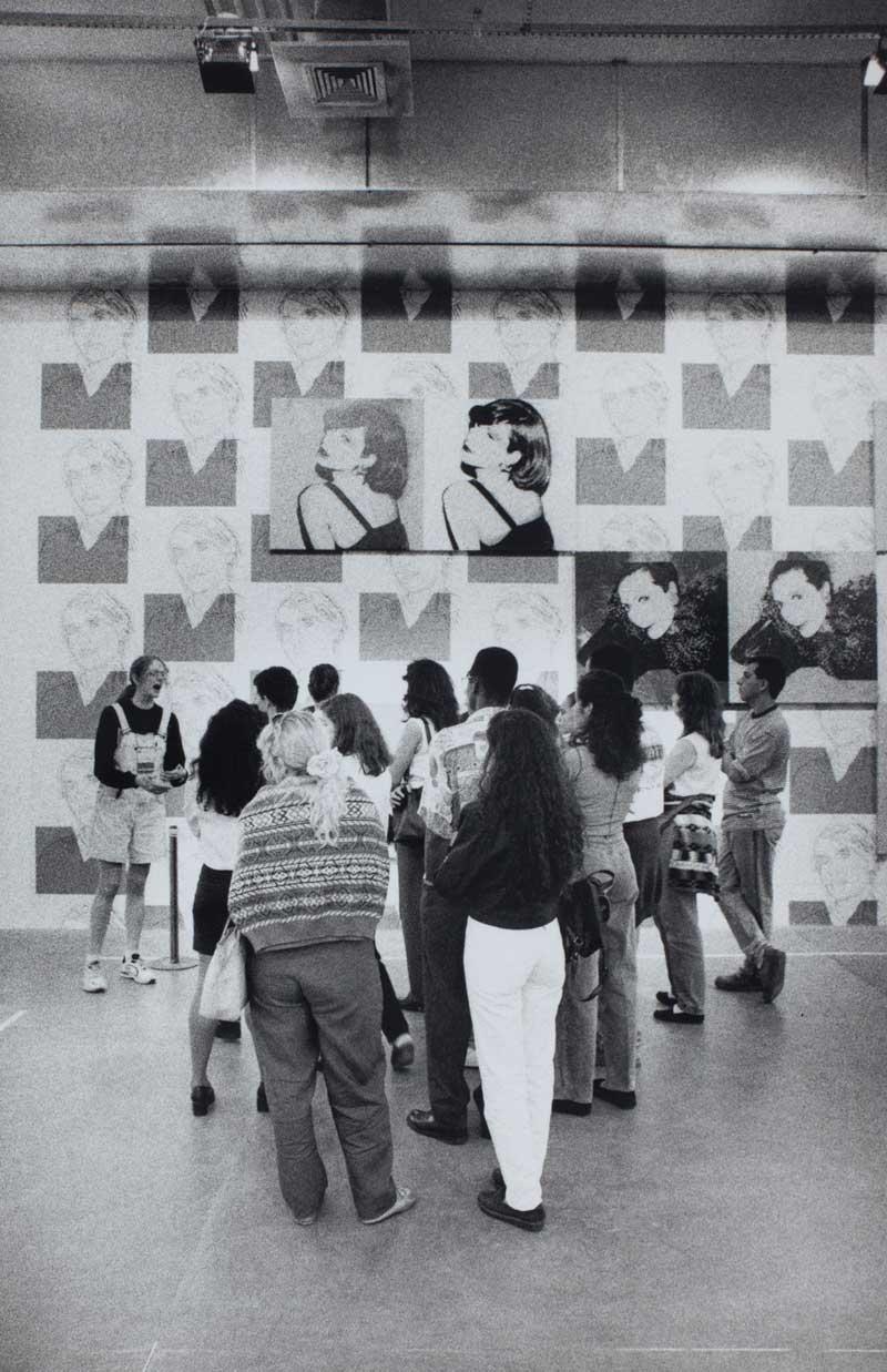 Visitantes na sala especial dedicada a Andy Warhol, com as obras Nicky Lane (Weymouth) e Helene Rochas